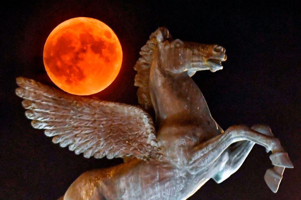Αγαλμα του μυθολογικού Πήγασου στην πόλη της Κορίνθου, δυτικά της Αθήνας, με φόντο την πανσέληνο,στις 15 Αυγούστου.