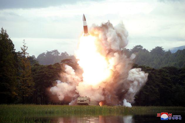 """북한이 """"김정은이 '새 무기' 시험사격을 지도했다""""고 보도했다"""