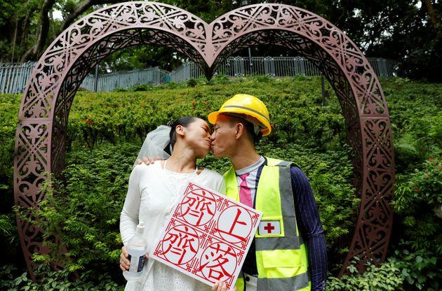 結婚式を挙げるデモ参加者(8月4日)