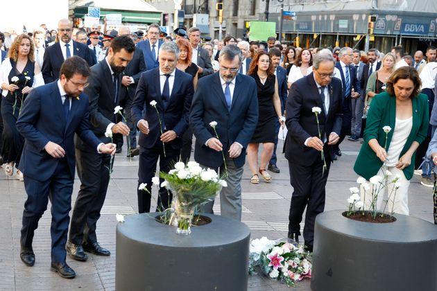 Barcelona homenajea a las víctimas del 17-A con flores y sin