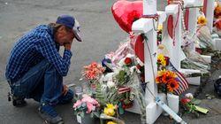 Rimane solo dopo l'uccisione della moglie nella strage di El Paso. Ma al funerale arrivano in