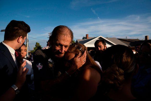 La moglie, vittima a El Paso, era la sua unica parente. Invita le persone al funerale e si presentano...