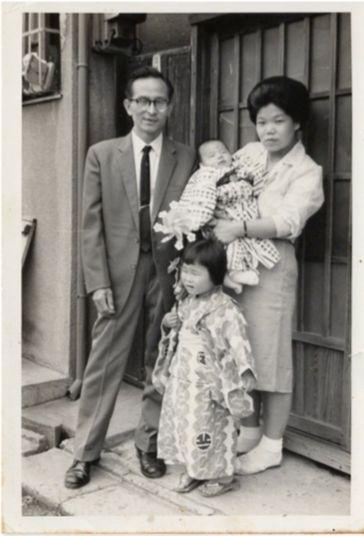 左:昭三さん、中央:昭子さん、右:タイ子さん(抱かれた赤ん坊は弟)
