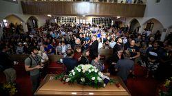 Des centaines d'inconnus accompagnent un veuf aux funérailles de sa femme, victime d'El