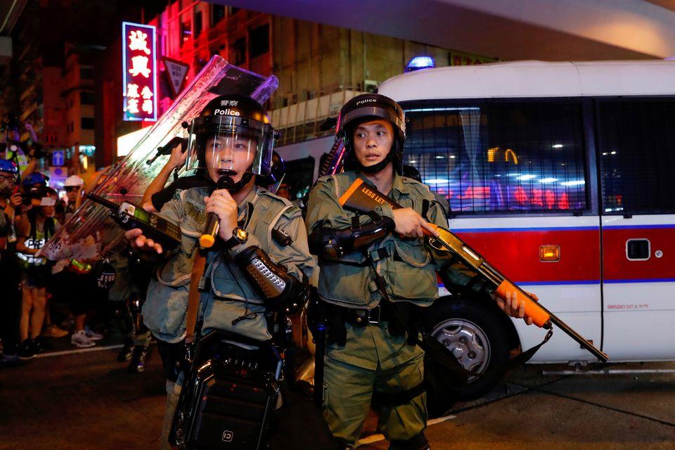 시위대 해산에 투입된 경찰의 모습. 홍콩. 2019년
