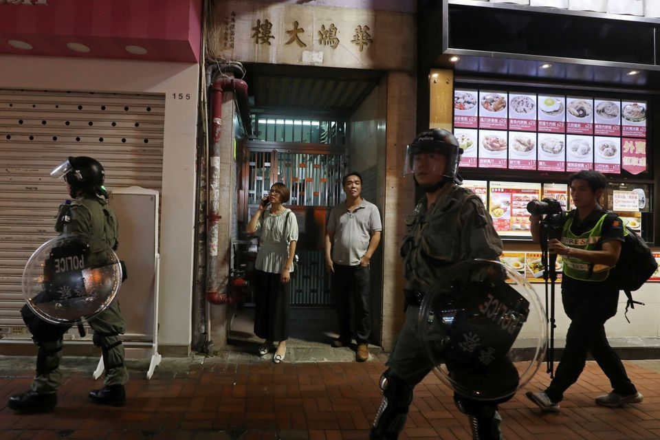'학생들에게 응원을 보내고 싶었다' : 장대비를 뚫고 거리로 나온 홍콩 교사들의
