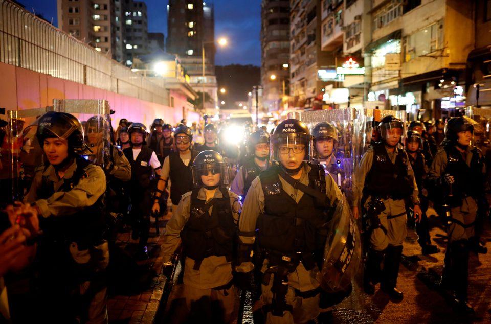 몽콕에서 시위대 해산에 나선 경찰들이 도열해있다. 홍콩. 2019년