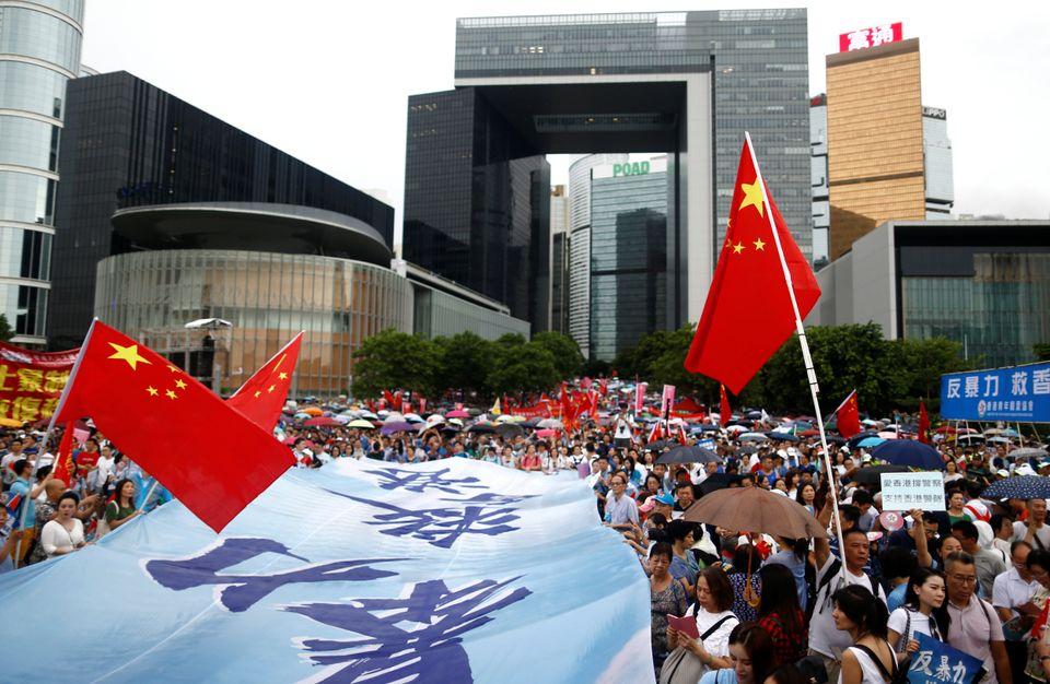 빅토리아항 인근 타마르공원에서 열린 친-중국 시위 '홍콩을 보호하라'에서 참가자들이 중국 국기를 들고 행진하고 있다. 홍콩. 2019년