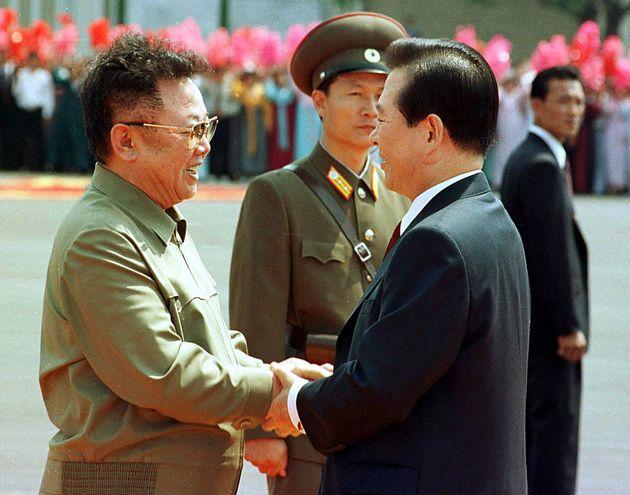사상 최초의 남북정상회담을 위해 평양 순안공항에 도착한 김대중 대통령이 미리 기다리고 있던 김정일 북한 국방위원장과 만나 악수하는 모습. 2000년