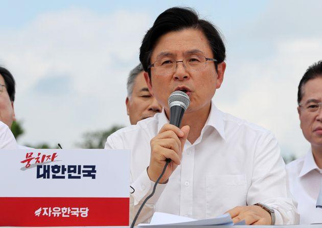 황교안 자유한국당 대표가 16일 오후 서울 종로구 청와대 분수대 앞에서 긴급국가안보대책회의 기자회견을 갖고 모두발언을 하고 있다. 2019년