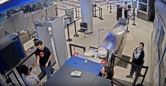 Νέα Υόρκη: Υπάλληλος ασφαλείας σε αεροδρόμιο παραδίδει προσβλητικό ραβασάκι σε επιβάτη και