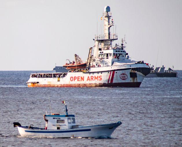 Bloqué à quelques centaines de mètres de Lampedusa, le navire Open Arms connaît...