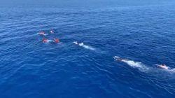 Quattro migranti si tuffano dalla Open Arms per raggiungere Lampedusa a nuoto