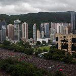 거리로 쏟아져나온 홍콩 시민들이 '평화'와 '자유'를