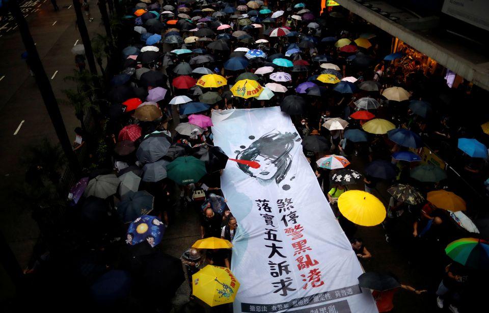 홍콩 범죄인 인도법 반대 시위 11주차인 18일, 시민들이 거리를 행진하고 있다. 시위대는 민주주의와 정치 개혁을 촉구했다. 홍콩. 2019년