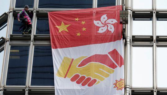 Ο Γάλλος «Spiderman» Αλέν Ρομπέρ κρεμάει σημαία συμφιλίωσης σε ουρανοξύστη του Χονγκ