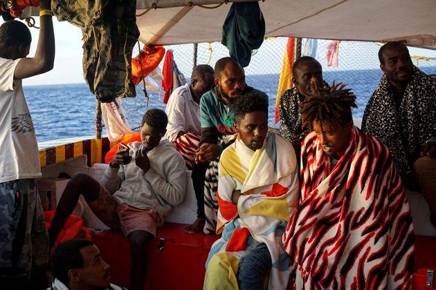 107 migrants, dont deux enfants, sont bloqués en mer au large de l'Italie, qui refuse de laisser...
