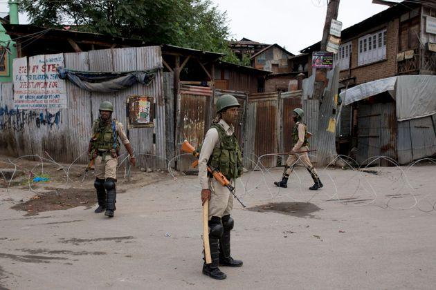 Des paramilitaires indiens à Srinagar principale ville du Cachemire indien, ce dimanche 18