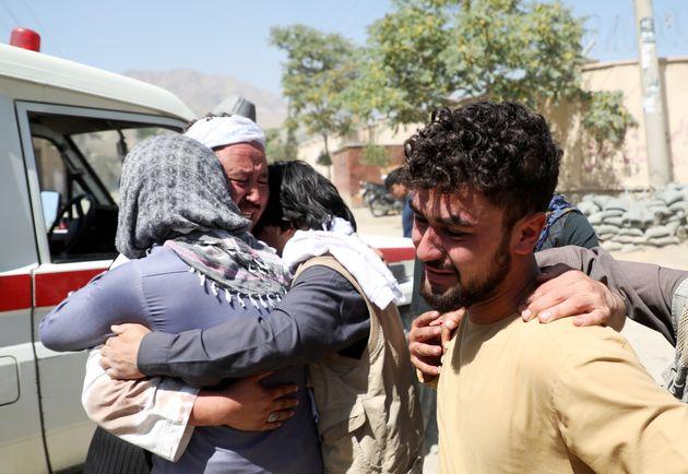 가족들을 잃은 사람들이 장례식에서 슬픔을 나누고 있다. 카불, 아프가니스탄. 2019년