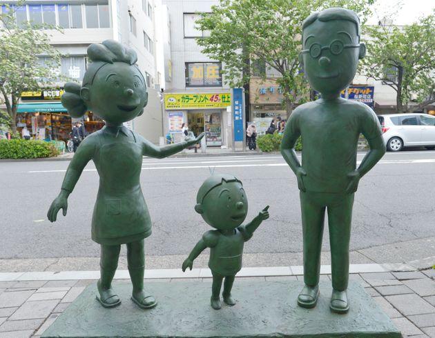 桜新町商店街にある「サザエさん一家の銅像」(東京都世田谷区)