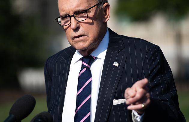 래리 커들로 백악관국가경제위원회(NEC) 위원장이 백악관 앞에서 기자들의 질문을 받고있다. 워싱턴DC, 미국. 2019년