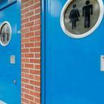 公衆トイレでの性行為など、強制的に防止へ。イギリスの新システムに、なぜ批判が集まっているのか