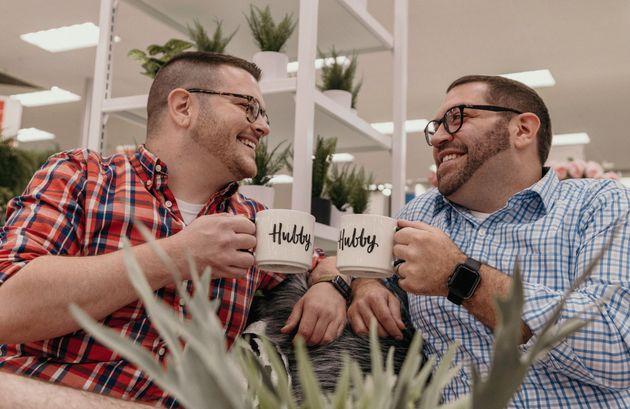 「夫」と書かれたカップを持って、未来の夫と乾杯