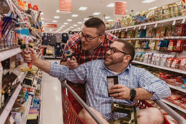 安売り大好きなカップル、ディスカウントショップで婚約写真を撮る