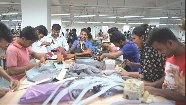 バングラデシュの工場でバッグを製作中の様子