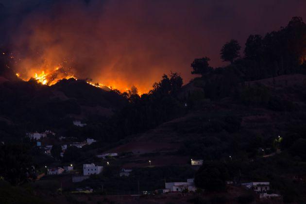 Evacuate 8mila persone per un violento incendio nella Gran C