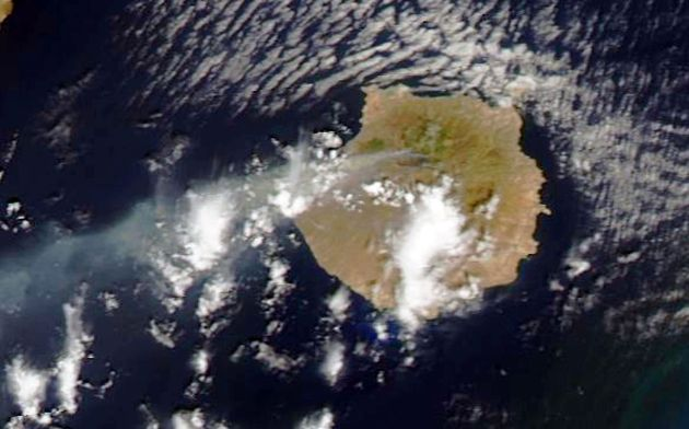 Vista de este domingo de la estela de humo del incendio de Gran Canaria, en una imagen tomada por