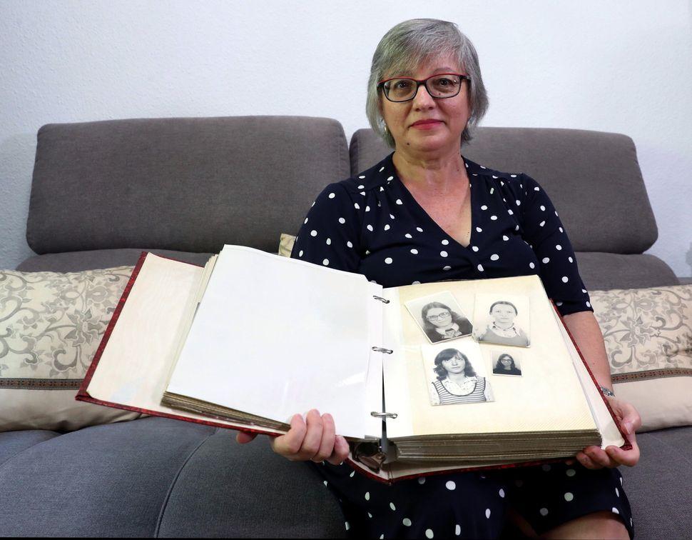 Rosa María García Alcón posa, el pasado 1 de agosto, en su domicilio de Madrid con...