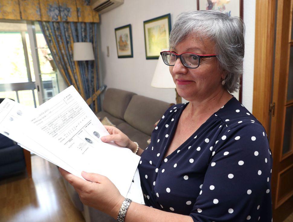 Rosa María García Alcón muestra, el pasado 1 de agosto, en su domicilio de...