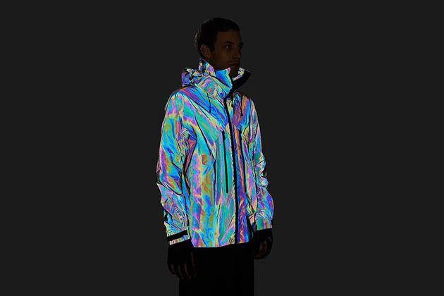 Cette veste reflète toutes les couleurs du spectre visible