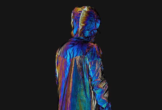 Cette veste reflète toutes les couleurs du spectre