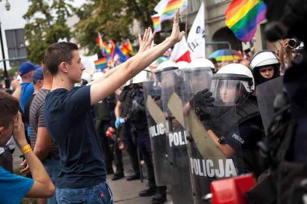 Jovem enfrenta bloqueio da polícia em parada LGBT na