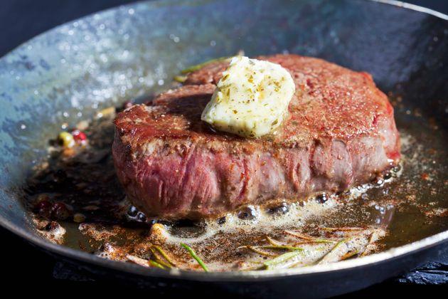 Muitas comidas que fazem parte da dieta keto – como um bife como manteiga, por exemplo –...