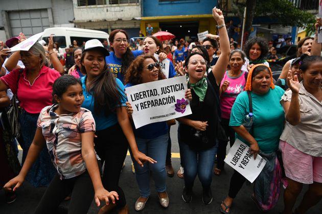 Manifestantes esperam pelo resultado do julgamento de Evelyn do lado de fora do tribunal, em El