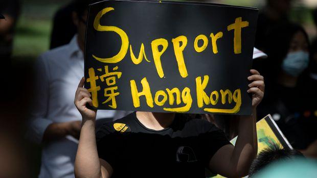 Unas personas se reúnen en la Plaza Lafayette frente a la Casa Blanca, en Washington, el domingo 18 de agosto de 2019, para solidaridarze con el movimiento de protesta a favor de la democracia en Hong Kong. (AP Foto/Carolyn Kaster)
