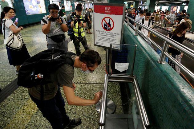 홍콩 청년들이 물티슈를 들고 '청소 시위'에 나선