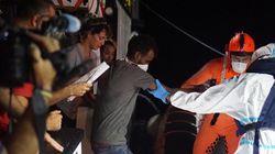Al menos 12 migrantes se lanzan al agua, desesperados, tras 19 días esperando desembarco en el Open