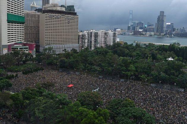 Twitter et Facebook accusent Pékin de chercher à semer la discorde à Hong
