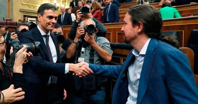 Pedro Sánchez y Pablo Iglesias se saludan en el Congreso, tras triunfar la moción de censura...