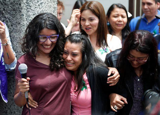 Evelyn Hernández, en el centro, tras ser absuelta en Ciudad Delgado (El Salvador) este lunes 19...