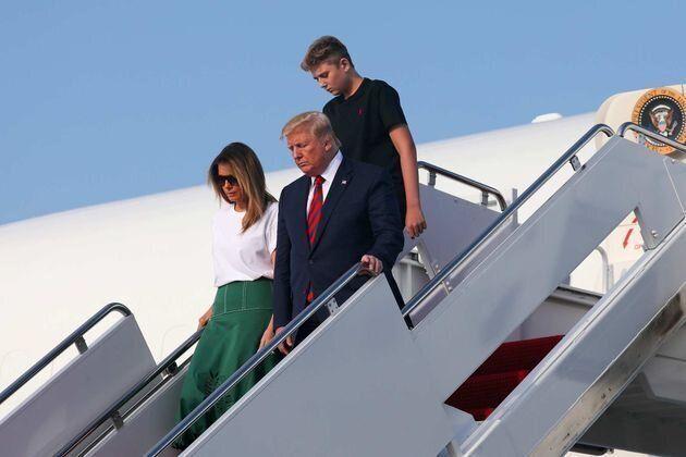 Barron Trump trasformato: a 13 anni è più alto di papà e mamma (tacchi