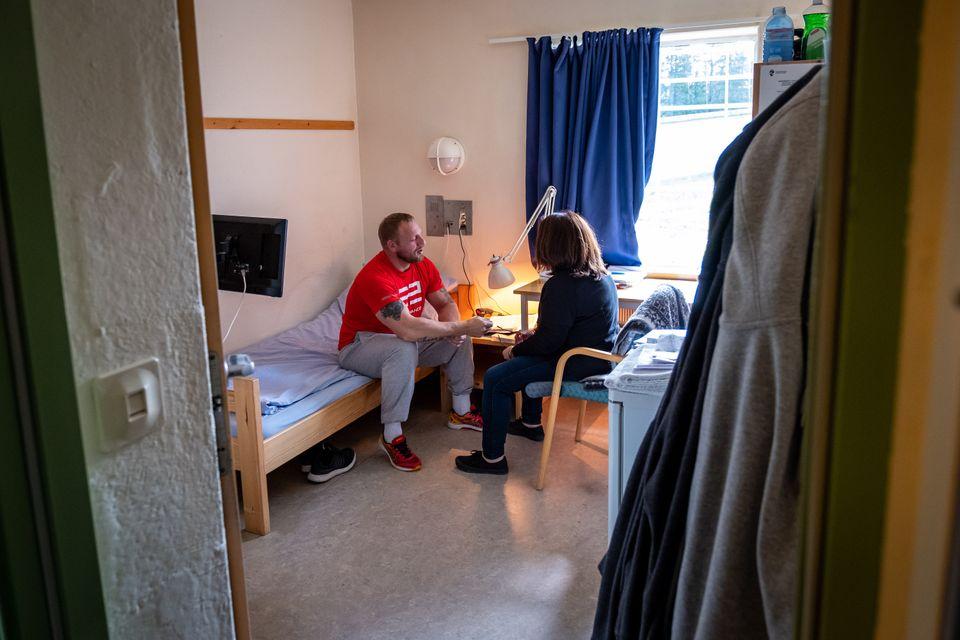 Donna Virgilio Mattia talks toTrond, a Ringerike inmate, in his