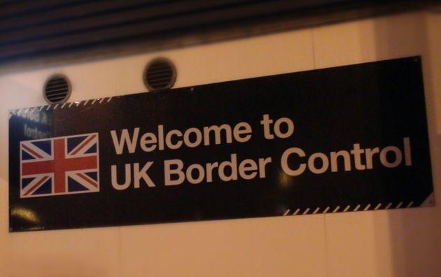 Εφηβος που μπήκε στη Βρετανία μέσα σε βαλίτσα, ευχαριστεί την καινούργια του