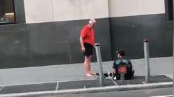 Άνδρας που κάνει τζόγκινγκ στην Νέα Υόρκη χαρίζει τα παπούτσια του σε