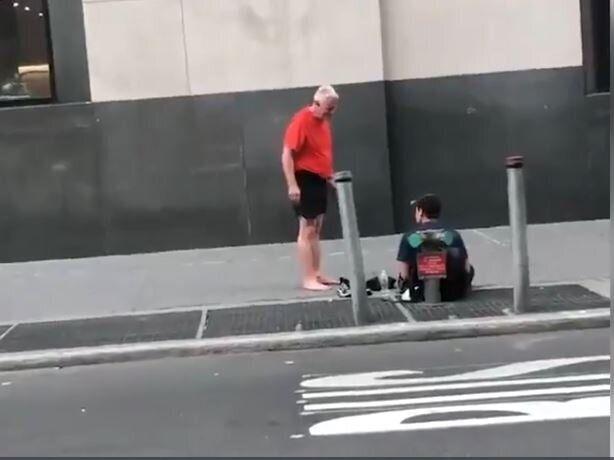 Ανδρας που έκανε τζόγκινγκ στην Νέα Υόρκη χαρίζει τα παπούτσια του σε