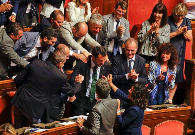Matteo Salvini, numéro 2 du gouvernement et patron de la Ligue (extrême-droite), acclamé...